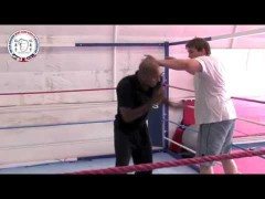 Mark Phillips. Guanteo suave con el boxeador John Mc Dermott