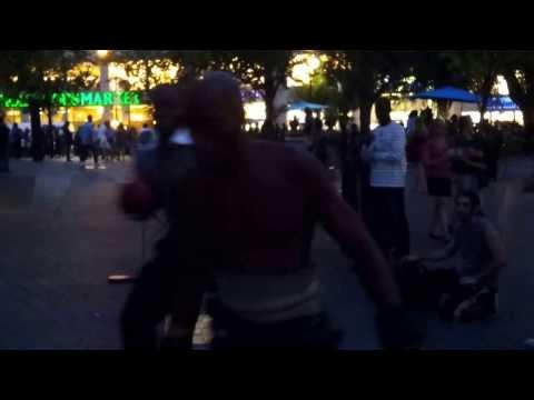 Shawn Obasi sparring con un boxeador en la calle