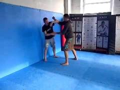 Vídeo de dos practicantes de Wing Chun entrenando como debe hacerse