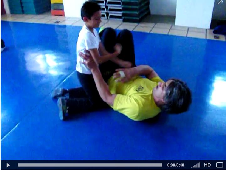 Sifu Emin haciendo sparring con los niños