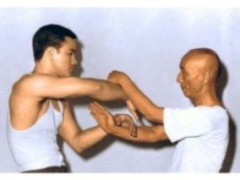 Bruce Lee haciendo Chi Sao con James Cobourn